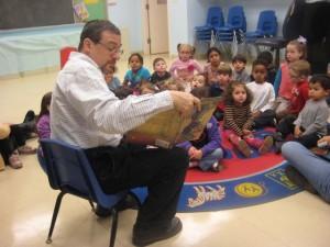 rabbi-reads-to-kids-300x225